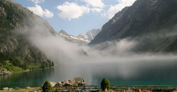 Terrasse devant le lac de Cauterets dans les Hautes Pyrénées