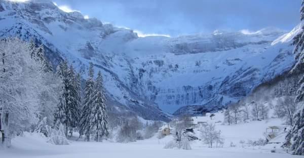 Les montagnes enneigées dans le cirque de Gavarnie en hiver